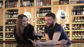 Het paar in liefde brengt tijd in een koffiezitting door en selfie op een telefoon, doet het Mooie jonge paar selfie, het glimlac stock footage