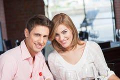 Het paar in liefde eet Stock Afbeeldingen