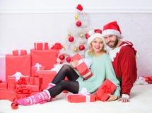 Het paar in liefde geniet van de viering van de Kerstmisvakantie Het vieren Kerstmis samen De traditie van familiekerstmis loving royalty-vrije stock foto's