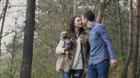 Het paar in liefde loopt in bos en heeft een pret met hun huisdier stock videobeelden