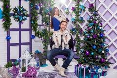 Het paar in liefde op een wit terras zit op de schommeling naast een CH Stock Afbeelding