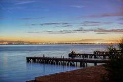 Het paar in liefde overweegt de Zonsondergang in Albufera van Valencia stock foto