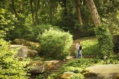 Het paar in liefde in het park loopt stock fotografie