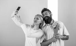 Het paar in liefdeboeket die viert verjaardagsrelaties dateren E Het nemen van Selfie-Foto capturing stock foto's