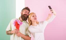 Het paar in liefdeboeket die viert verjaardagsrelaties dateren E Het nemen van Selfie-Foto capturing royalty-vrije stock afbeelding