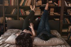 Het paar ligt op het bed stock foto