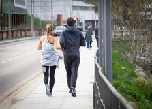 Het paar loopt dichtbij de Weg royalty-vrije stock afbeelding