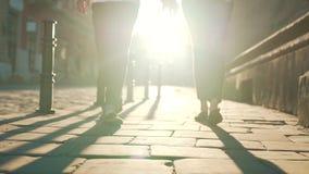 Het paar loopt langs straatstenen stock video
