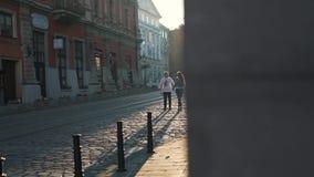 Het paar loopt langs straatstenen in de stad stock footage