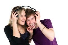 Het paar luistert muziek Stock Foto's