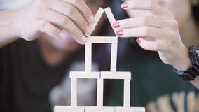 Het paar maakt nieuw huisvorm met houten blokken stock footage