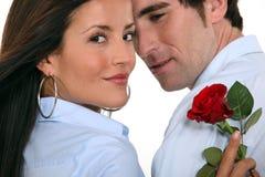 Het paar met een rood nam toe Royalty-vrije Stock Foto