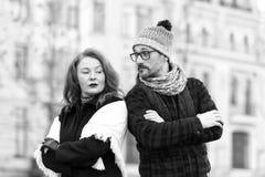 Het paar met gekruiste handen op borst en helling aan schouders bekeek elkaar Verraste mens en beledigde dame stock fotografie