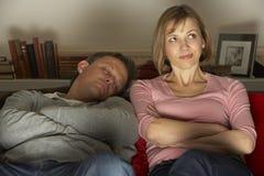 Het paar met Koffie overvalt het Letten op Televisie Royalty-vrije Stock Afbeeldingen