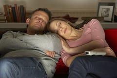 Het paar met Koffie overvalt het Letten op Televisie Stock Fotografie