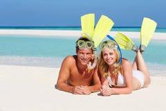 Het paar met snorkelt Genietend van de Vakantie van het Strand stock fotografie