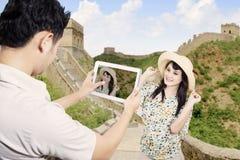 Het paar neemt beeld in de grote muur van China Stock Foto's