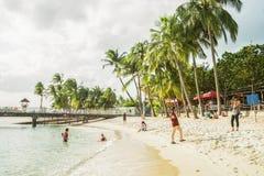 Het paar neemt foto's op Siloso-Strand bij Sentosa-eilandtoevlucht Royalty-vrije Stock Foto's