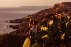 Het paar omhelst in de avond op de kust Stock Fotografie