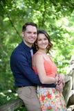 Het paar omhelst op brug Royalty-vrije Stock Foto