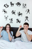 Het paar omringde het tonen van bij horoscoopdierenriem 12 tekens Royalty-vrije Stock Afbeelding