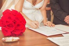 Het paar ondertekende hun eerste document Royalty-vrije Stock Foto