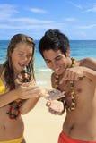 Het paar ontdekt een kleine krab Royalty-vrije Stock Afbeelding