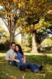 Het paar ontspant Park stock foto
