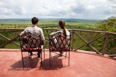 Het paar op balkon van safari brengt onder stock foto's