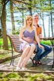 Het paar op de bank royalty-vrije stock foto