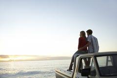 Het paar op Oogstvrachtwagen parkeerde in Front Of Ocean Stock Afbeeldingen