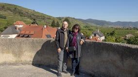 Het paar op Vakantie, boven op de ronde het Zuidoostenhoek van de defensietoren, versterkte kerk van St Michael royalty-vrije stock foto