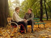 Het paar parkeert in de herfst royalty-vrije stock foto's