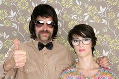 Het paar retro man van Nerd het dwaze teken van de vrouwen o.k. hand Stock Afbeeldingen