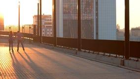 Het paar rollerblading bij zonsondergang stock videobeelden