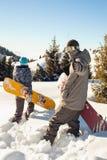 Het paar snowboarder gaat door diepe sneeuw in de berg Royalty-vrije Stock Afbeeldingen