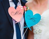 Het paar toont harten met tekstm. en MEVR. Stock Foto