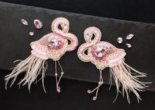 Het paar van het dansen met de hand gemaakte flamingo's royalty-vrije stock afbeeldingen