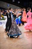 Het paar van de balzaaldans, die bij de concurrentie dansen Stock Afbeelding