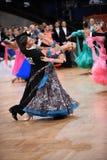 Het paar van de balzaaldans, die bij de concurrentie dansen Royalty-vrije Stock Afbeeldingen
