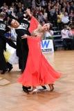 Het paar van de balzaaldans, die bij de concurrentie dansen Stock Afbeeldingen