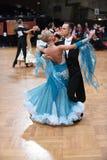 Het paar van de balzaaldans, die bij de concurrentie dansen Stock Foto
