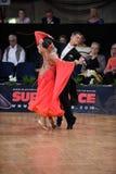 Het paar van de balzaaldans, die bij de concurrentie dansen Stock Fotografie
