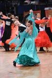 Het paar van de balzaaldans, die bij de concurrentie dansen Stock Foto's