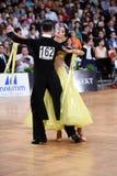 Het paar van de balzaaldans, die bij de concurrentie dansen Royalty-vrije Stock Foto's