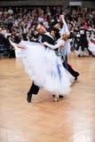 Het paar van de balzaaldans, die bij de concurrentie dansen Royalty-vrije Stock Afbeelding