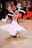 Het paar van de balzaaldans, die bij de concurrentie dansen Royalty-vrije Stock Fotografie