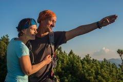 Het paar van de gelukkige wandelaar Royalty-vrije Stock Fotografie