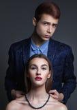 Het paar van de glamourmanier De jonge mensenmens zet op een perlhalsband Royalty-vrije Stock Fotografie