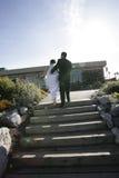 Het paar van de jonggehuwde het lopen royalty-vrije stock afbeelding